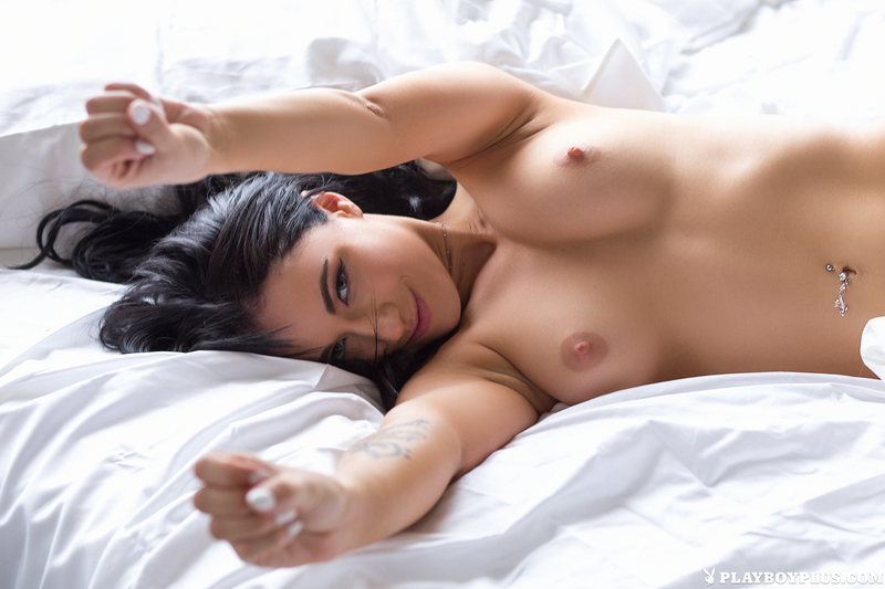 naced-girls-in-bed