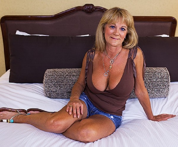 Sandra - Hot busty cougar exhibitionist (2017/MomPov/HD)