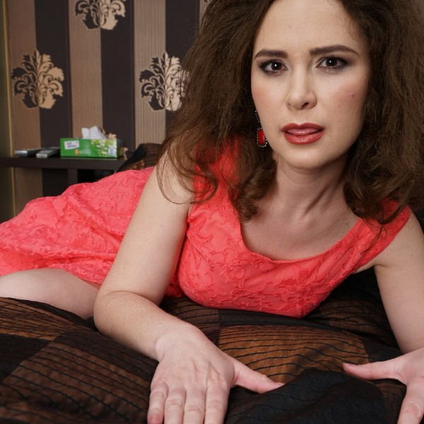 Veronica (35) - Hairy, housewife playing with herself (2017/Mature.nl/1080p)