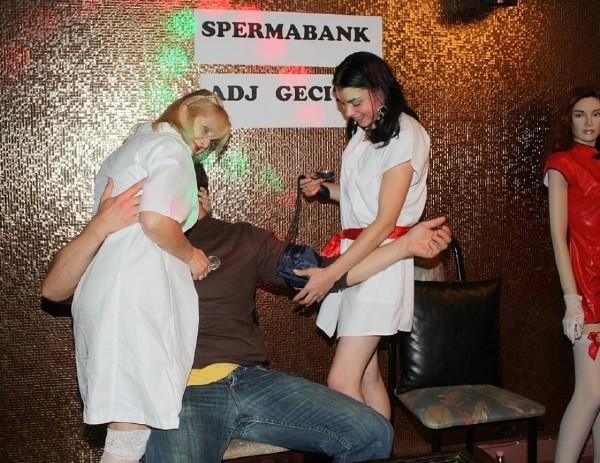 Amateurs - Mariann and Edith nurse on public swinger orgy (2017/Tuttifrutti.club/HD)
