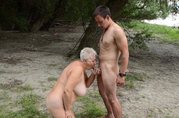 Amateurs - New Mature porn - one hot day with a granny at the river (2016/Tuttifrutti.club/HD)