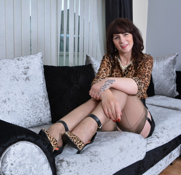 Toni Lace (EU) (51) - British housewife playing with herself (2017/Mature.nl/1080p)