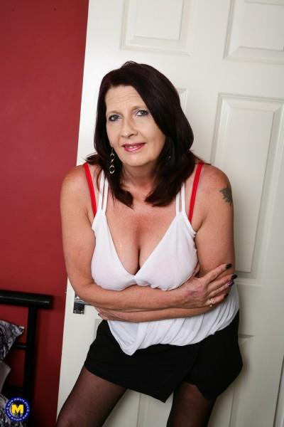 Katie Leigh (EU) (52) - British mature lady playing with herself (2017/Mature.nl/SD)