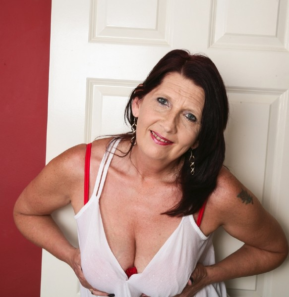 Katie Leigh (EU) (52) - British mature lady playing with herself (2017/Mature.nl/1080p)