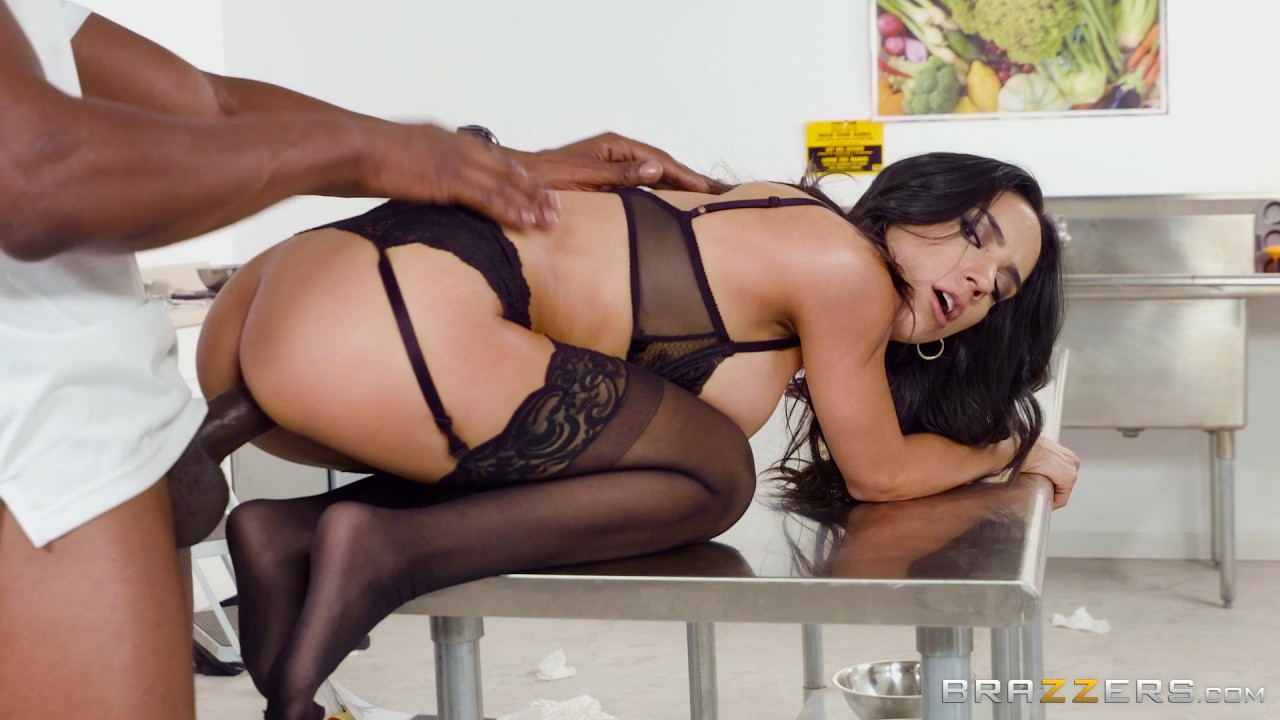 Tia Cyrus - Office Cafuckteria (2017/BigTitsAtWork/Brazzers/SD)