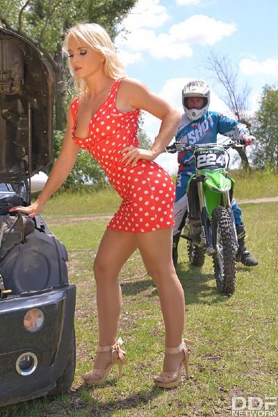 Rossella Visconti - Motorbike Her Anus (2017/HotLegsAndFeet/DDFNetwork/SD)