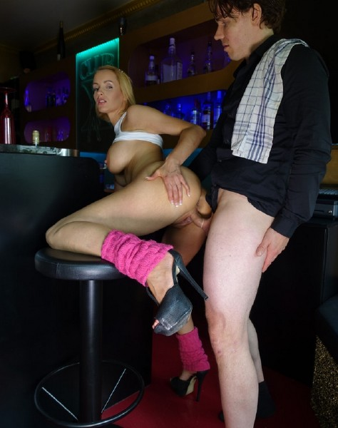 Anike Ekina - German blonde pornstar Anike Ekina fucks newbie bartender and eats his jizz (2017/BumsBesuch/PornDoePremium/HD)