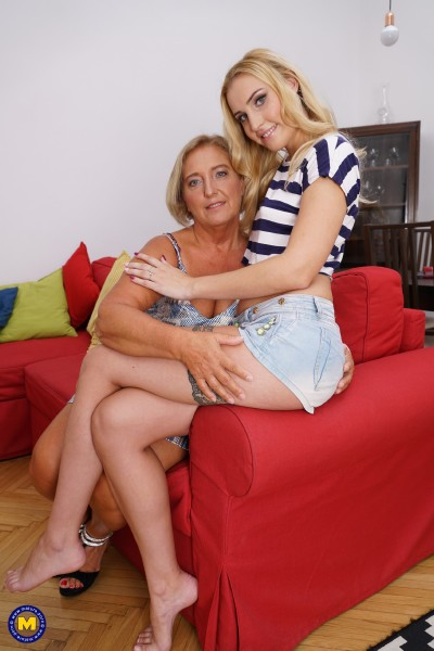 Domino (22), Giuliana (60) - 2 old and young lesbians playing with eachother (2017/Mature.nl/SD)