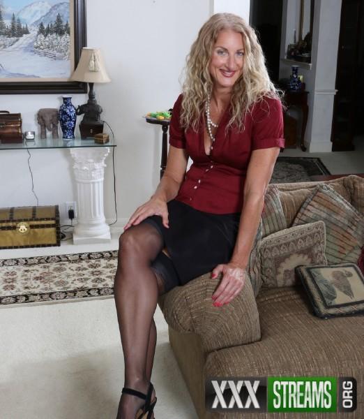 Brenda 51 - American housewife Brenda masturbating on the couch (2017/Mature.nl/1080p)