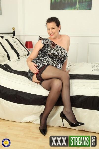 Eva Jayne EU 44 - British housewife Eva Jayne showing off her big tits (2017/Mature.nl/1080p)