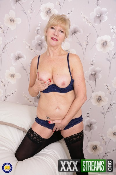 Emily Jane (EU) (62) - British housewife playing Emily Jane with her toy (2017/Mature.nl/SD)