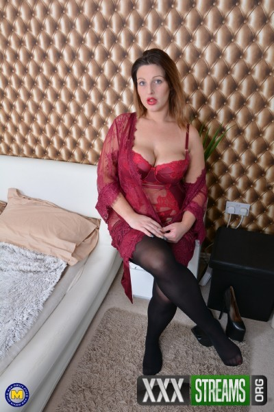 Crystal (EU) (30) - Curvy British mom Crystal fooling around (2017/Mature.nl/SD)