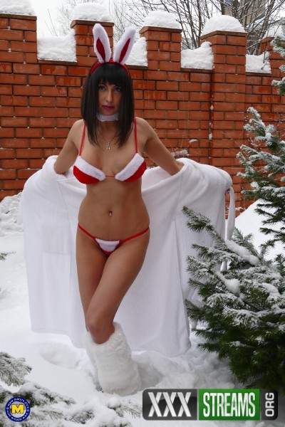 Sharon 36 - Hot mom Sharon playing in the snow (2017/Mature.nl/1080p)
