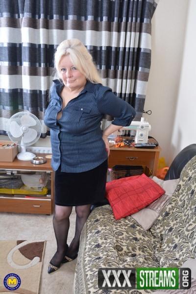 Cindy S. EU 59 - British curvy housewife Cindy goes wild (2017/Mature.nl/1080p)