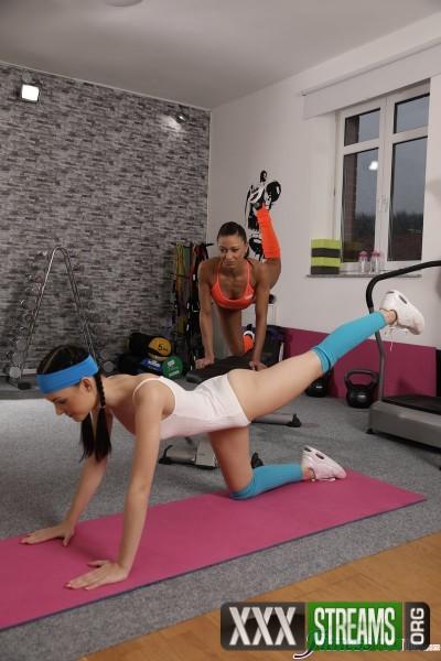 Anie Darling, Cassie Del Isla - Athletic babe fucks leotard cutie (2018/FitnessRooms.com/SD)