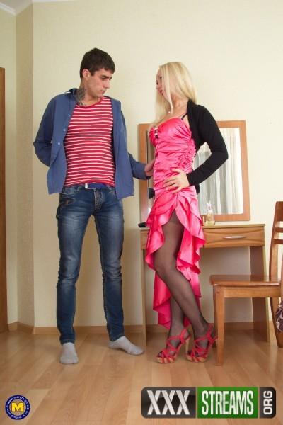 Oksana EU 50 - Horny housewife doing her toyboy (2018/Mature.nl/FullHD)