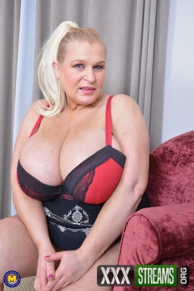 Sammy Sanders EU 48 - British big breasted housewife Sammy Sanders fooling around (2018/Mature.nl/FullHD)