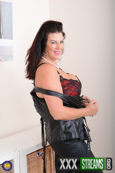Lulu EU 51 – British big breasted housewife Lulu playing with herself (2018/Mature.nl/HD1080p)