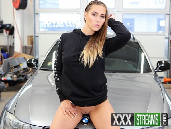 Naomi Bennet - Hot Babe Gets Naked and Horny in a Car Service (2018/TMWVRNet.com/TeenMegaWorld.com/FullHD)