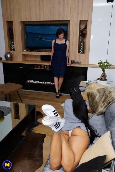 Andreina De Luxe 25, Tigger EU 50 – Old and young lesbians Tigger and Andreina De Luxe playing with eachother (2018/Mature.nl/SD)