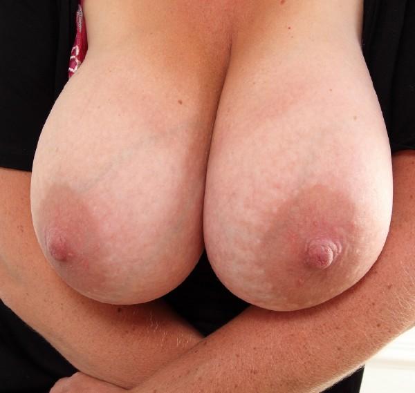 MATURE.NL – Camilla C. EU 45 – British big breasted Camilla playing with herself