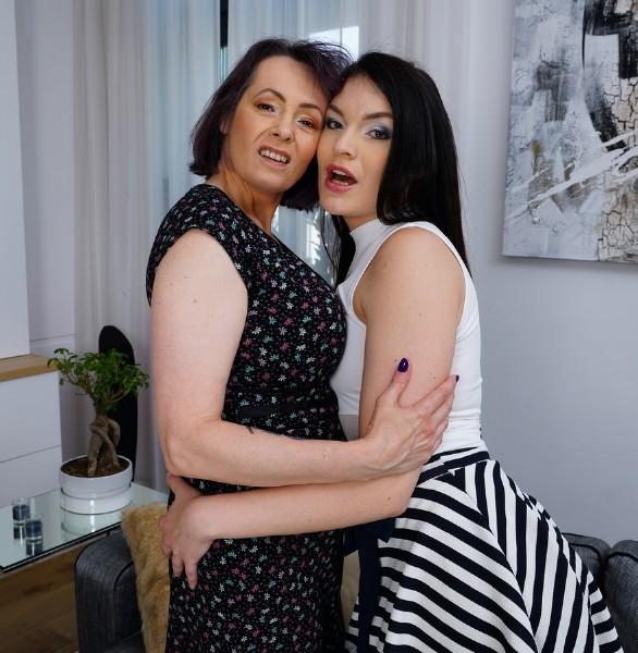 Hannah Vivienne 28, Tigger EU 50 – Horny Lesbian housewives fooling around (2018/Mature.nl/FullHD)