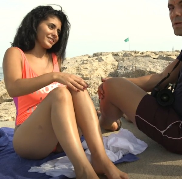 Aysha – Dark Haired beauty Aysha aggrees a free Massage at beach (2018/BoxTruckSex.com/HD)