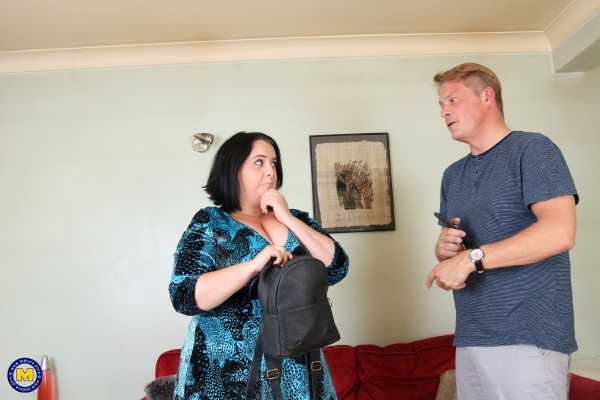 Sarah Jane EU 32 – British curvy lady fucking and sucking (2018/Mature.nl/SD)