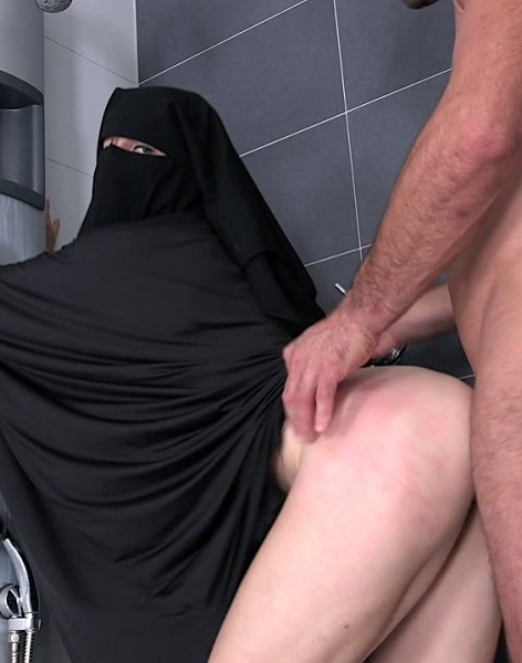 Valentina Ross - Randy worker helps Valentina Ross in niqab (2018/SexWithMuslims.com/PornCZ.com/FullHD)