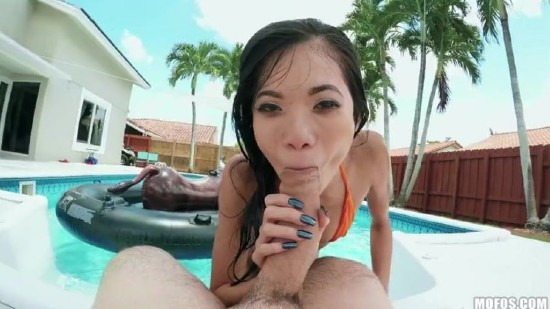 Vina Sky – Poolside Pussy Ride (2018/DontBreakMe/Mofos/480p)