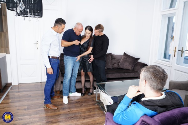 Annabelle More EU 40 – This naughty housewife gets fucked by three guys at once (2018/Mature.nl/SD)