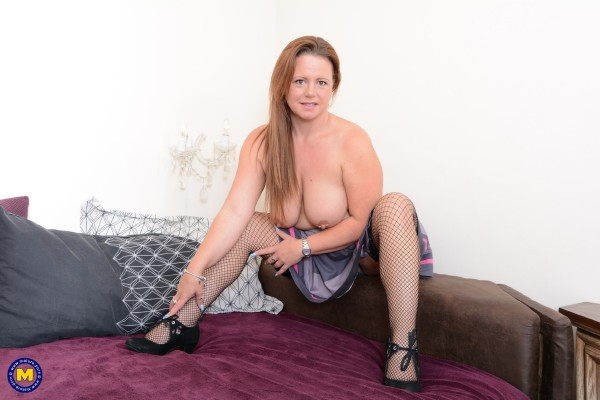 Phillipa Cox EU 43 – British mature housewife playing with her toy (2018/Mature.nl/SD)