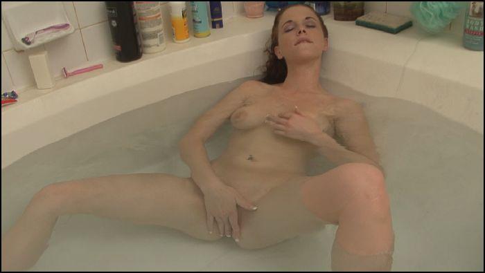 NaughtyRob Curvy perfect 10 Holly bathes (manyvids.com)