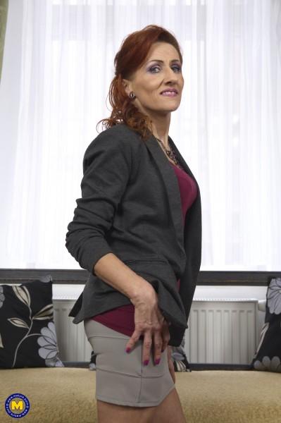 Emelia 52 – Fresh mature lady playing with herself (2018/Mature.nl/HD1080p)