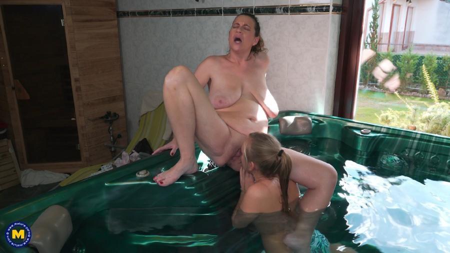 Eva Jayne EU 45, Karis 21 – Its getting steamy hot at the sauna with Eva Jayne and Karis (2018/Mature.nl/HD1080p)