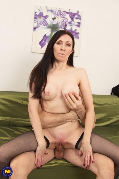 Bella O. 40 – Hot Milf Bella fucking and sucking (2019/Mature.nl/480p)