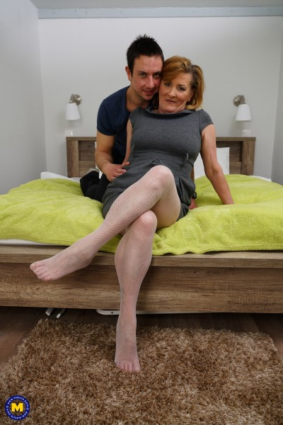 Nouchka 55 – Horny housewife doing her toyboy (2019/Mature.nl/HD1080p)