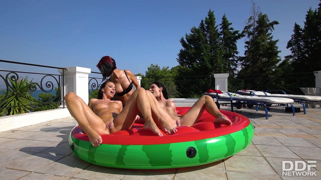 Euro-Girls-On-Girls-19-03-25-Vicky-Love-Inna-Innaki-And-Elena-Hatzif0a320bbcf2517c3.jpg#