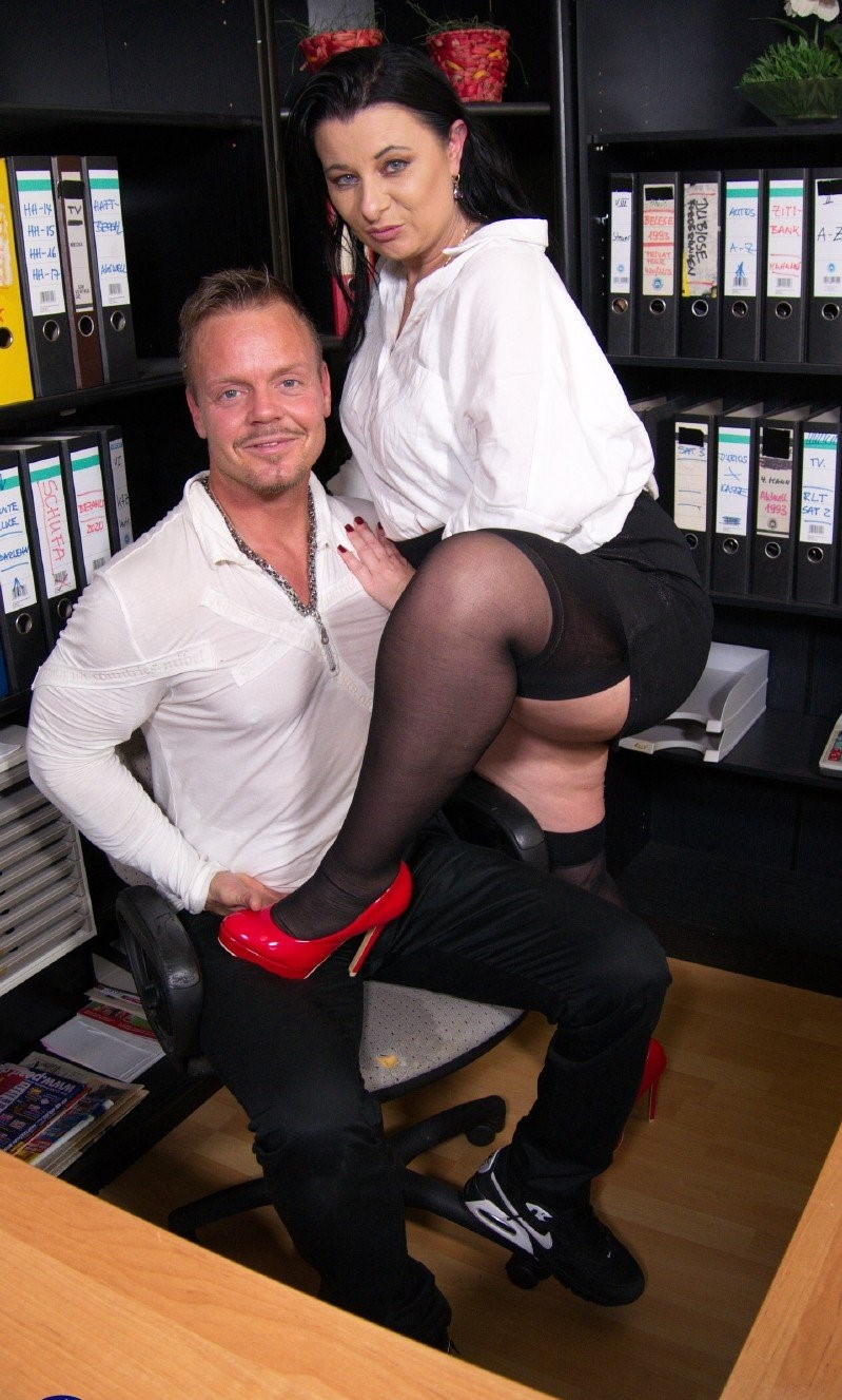 Bonny Devil – Naughty mature Bonny Devil loves getting fucked hard at the office by her younger lover (Mature.nl/2019/480p)