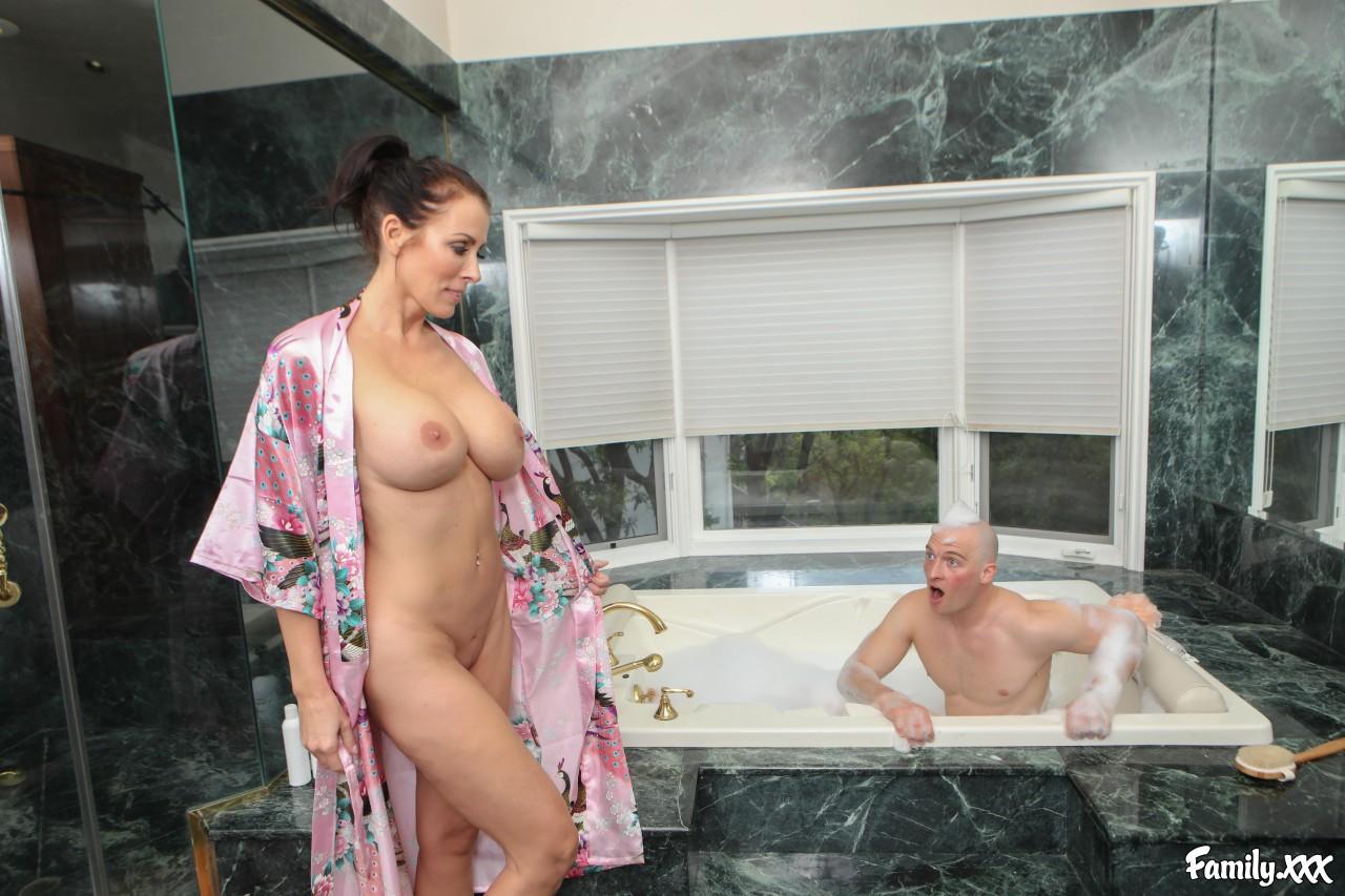 Reagan Foxx – Mom Joins For A Hot Bath (Family.XXX/2019/HD1080p)