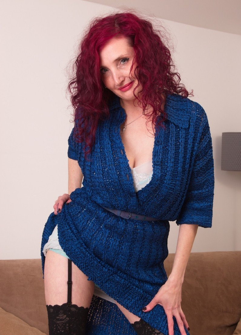 Zinnia Blue (44) – Naughty cougar Zinnia Blue has no shame and she will show you why she is horny all the time (Mature.nl/2019/HD1080p)