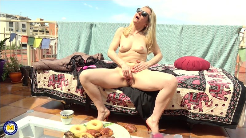 Sofia del Mar  French mature Sofia del Mar loves bathing naked in the sun while playing with her wet pussy (Mature.nl/2019/Standart quality)