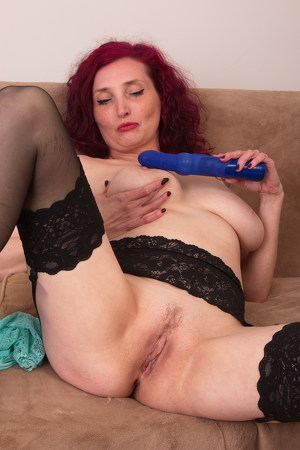 Zinnia Blue – Naughty cougar Zinnia Blue has no shame and she will show you why she is horny all the time (Mature.nl/2019/480p)