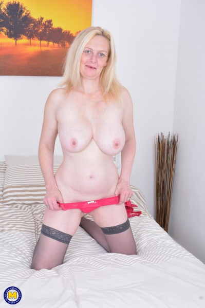Suzie – Naughty British housewife Suzie loves playing with herself (Mature.nl/2019/480p)