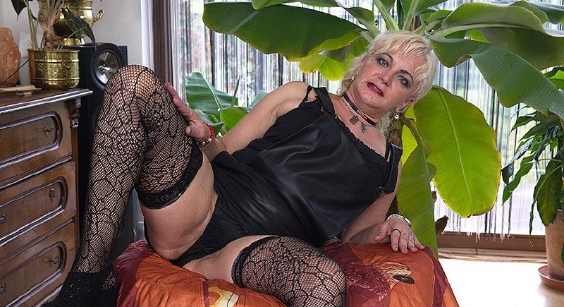 Milena V – Naughty housewife Milena fingering herself (Mature.nl/2019/480p)