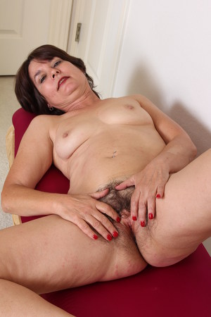Carrie M – Hairy mature Carrie loves to play with her wet pussy under her nylon pantyhose (Mature.nl/2019/480p)