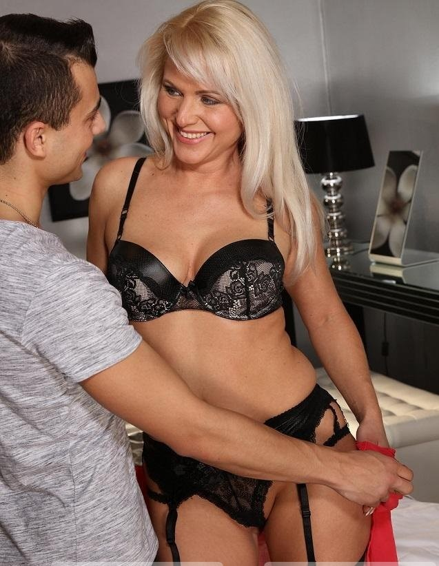 Kathy Anderson – Blonde bombshell MILF in stockings (MomXXX.com/SexyHub.com/2019/HD)