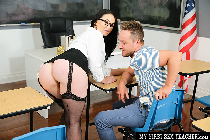 Brooke Beretta – Professor Miller (Brooke Beretta) is horny and wet for her student (naughtyamerica.com/2019/HD)