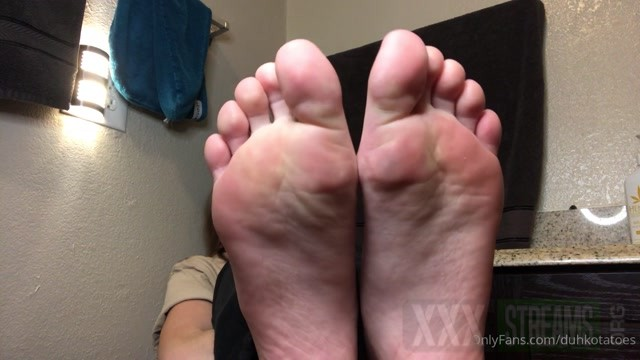 duhkotatoes 01 07 2020 part 3 you suck on her toes for the first time.mp4.00002