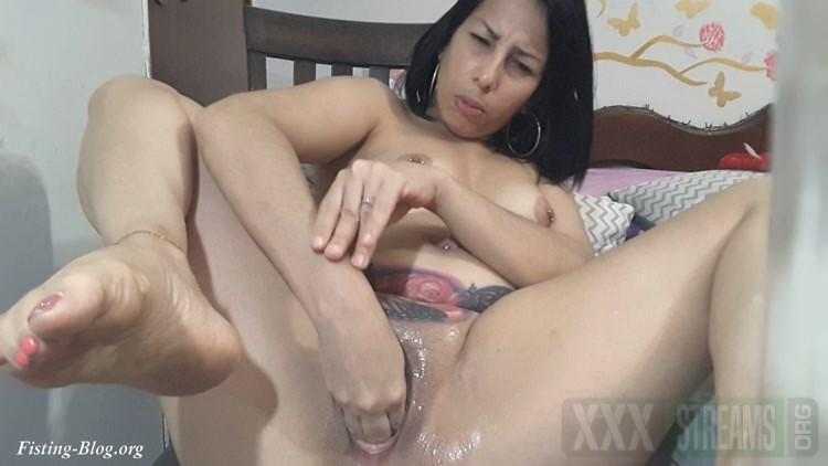 Fisting Pussy That Damn Bitch I am. Gaticarika.mp4.00001